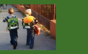 Děti odcházející s aktovkami na zádech