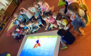 Děti koukají na Magic box