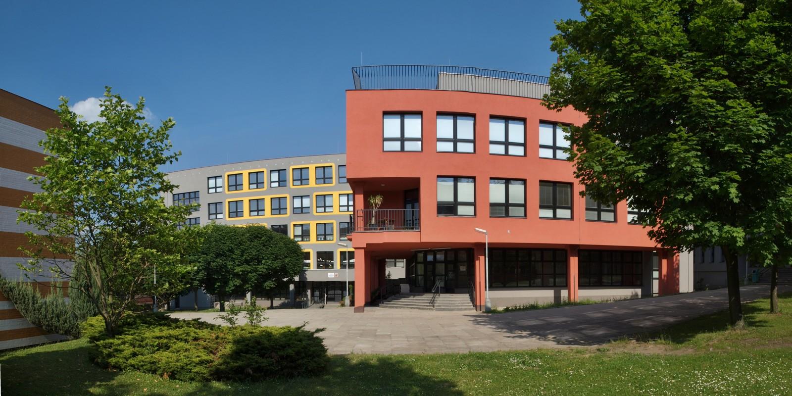 Škola, panorama ředitelství západ