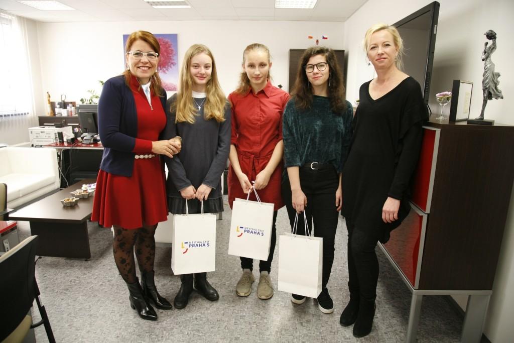 Úspěšné mladé spisovatelky, žákyně 9. ročníku s paní starostkou a paní učitelkou