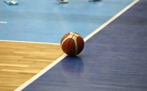 Palubovka s basketbalovým míčem